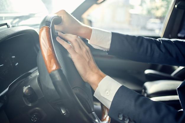 Biznesmeni oficjalny kierowca pasażera droga bogata