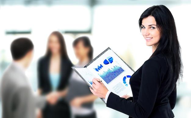 Biznesmeni omawiają plan pracy