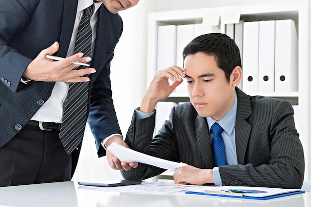 Biznesmeni omawiają pomysły na pracę i burzę mózgów