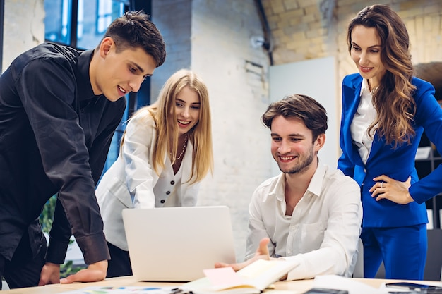 Biznesmeni patrząc coś na laptopie