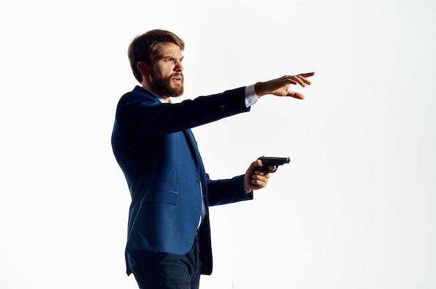 Biznesmeni pistolet w rękach agenta mafii emocji studio pozowania