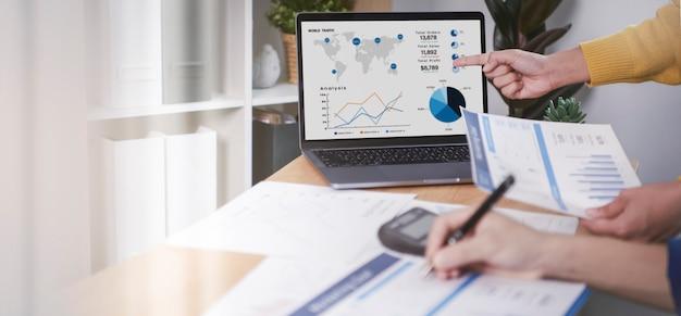 Biznesmeni plan spotkania analiza wykresu strategia finansów firmy