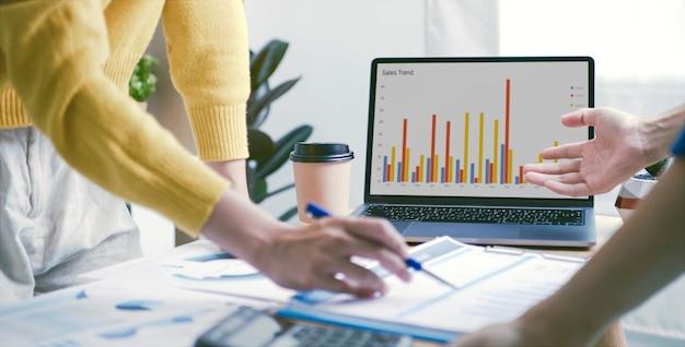 Biznesmeni planu spotkania analiza wykresu firma finanse strat