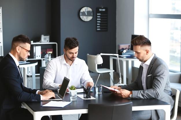Biznesmeni podczas spotkania w biurze