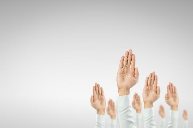 Biznesmeni podnieśli ręce, aby wygrać uroczystość organizacji.