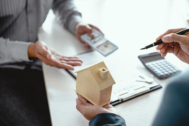 Biznesmeni podpisują umowę z agentem nieruchomości