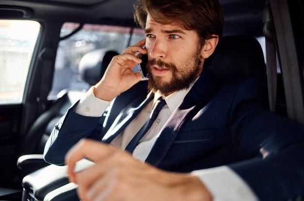 Biznesmeni podróżujący samochodem luksusowy styl życia komunikacja przez telefon