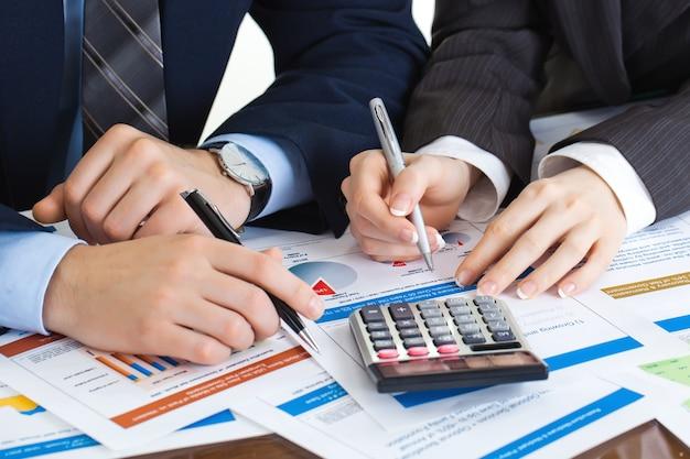 Biznesmeni pracują nad projektem biznesowym.