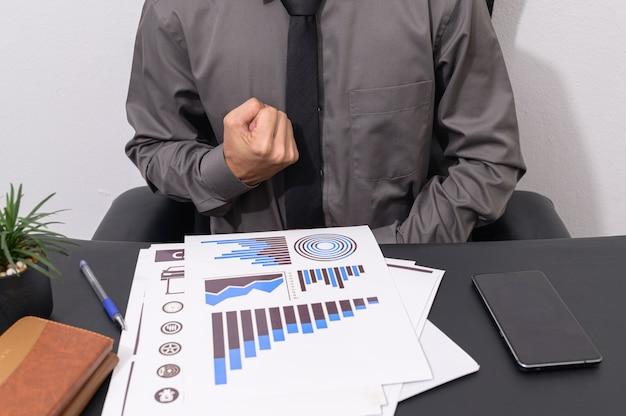 Biznesmeni pracują przy swoich biurkach
