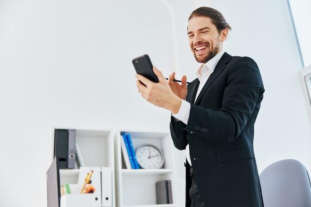 Biznesmeni pracują z emocjami przed laptopową technologią komunikacyjną
