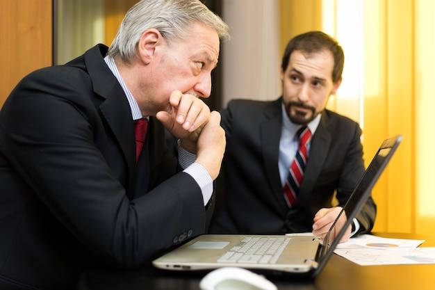 Biznesmeni pracujący w biurze