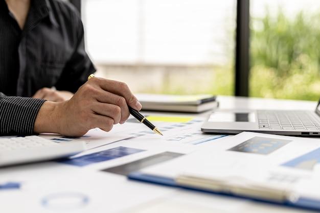 Biznesmeni przeglądają dokumenty finansowe firmy, aby przeanalizować problemy i znaleźć rozwiązania, zanim przyniosą informacje na spotkanie z partnerem. koncepcja finansowa.