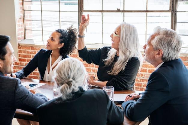 Biznesmeni przeprowadzają burzę mózgów na spotkaniu