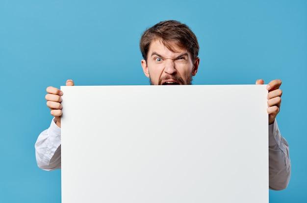 Biznesmeni reklamujący prezentację białego banera na niebieskim tle
