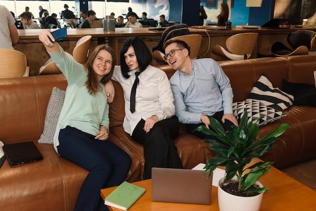 Biznesmeni robią selfie podczas przerwy w biurze
