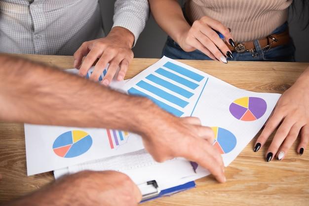 Biznesmeni rozmawiają o biznesie siedząc przed wykresami
