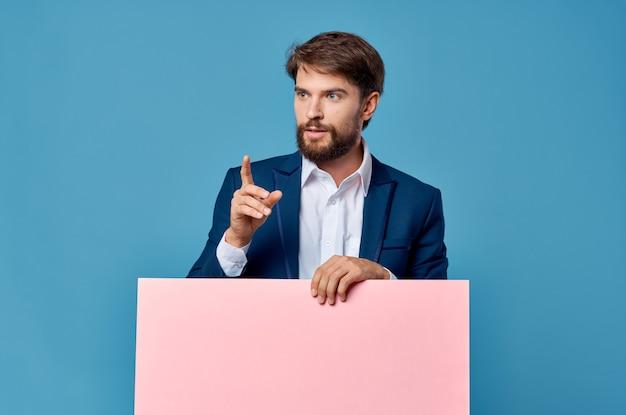 Biznesmeni różowy plakat makieta w ręku niebieskim tle