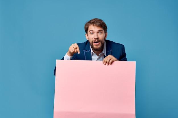 Biznesmeni różowy transparent w ręku pusty arkusz prezentacji na białym tle. zdjęcie wysokiej jakości