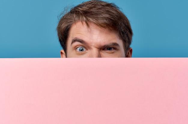 Biznesmeni różowy transparent w ręku pusty arkusz prezentacji na białym tle