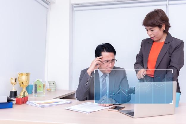 Biznesmeni są zmuszani do pracy i nie odnoszą sukcesów