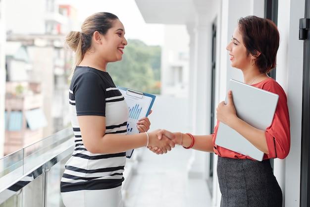 Biznesmeni ściskają ręce przed spotkaniem