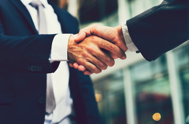 Biznesmeni, ściskając ręce w porozumieniu