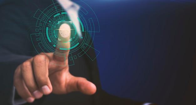 Biznesmeni skanują odciski palców, aby uzyskać dostęp do informacji wysokiego poziomu