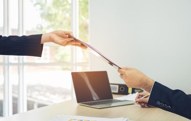 Biznesmeni spotyka dokumenty i pracuje w biurku przy biurem i pracuje