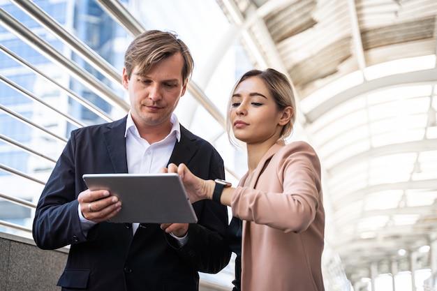 Biznesmeni spotyka dyskutować z używać cyfrową pastylkę