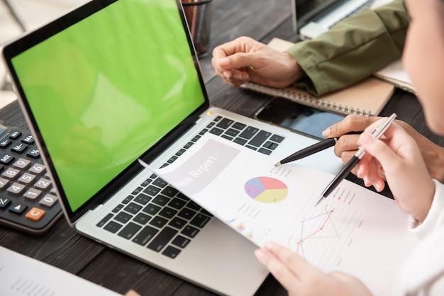 Biznesmeni Spotykają Się W Biurze, Pisząc Notatki Na Karteczki. Darmowe Zdjęcia