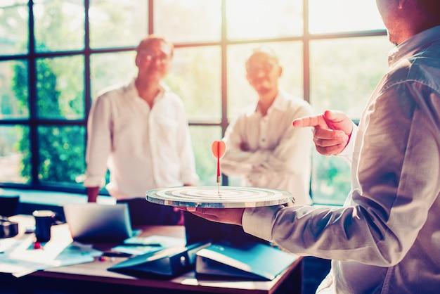 Biznesmeni spotykają się w biurze.