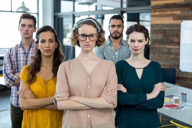 Biznesmeni stojąc z rękami skrzyżowanymi w biurze