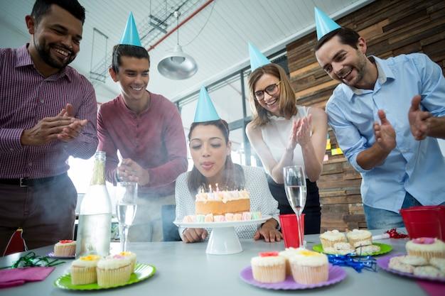 Biznesmeni świętują urodziny swoich kolegów