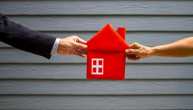 Biznesmeni trzyma czerwień dom