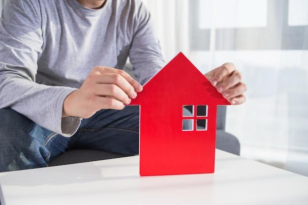 Biznesmeni trzymaj model domu w parze