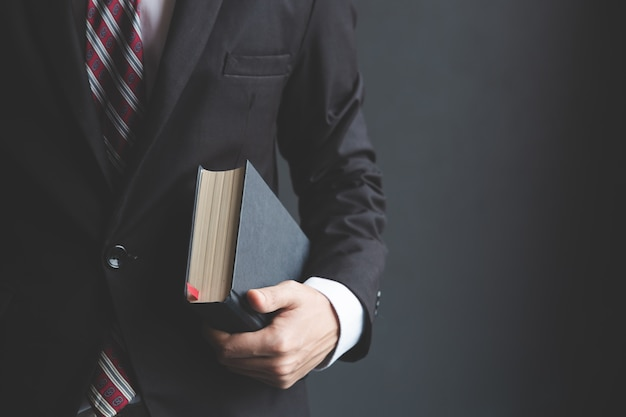 Biznesmeni trzymający biblię.