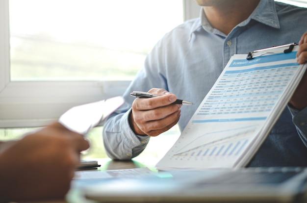 Biznesmeni uczą planowania siły roboczej.