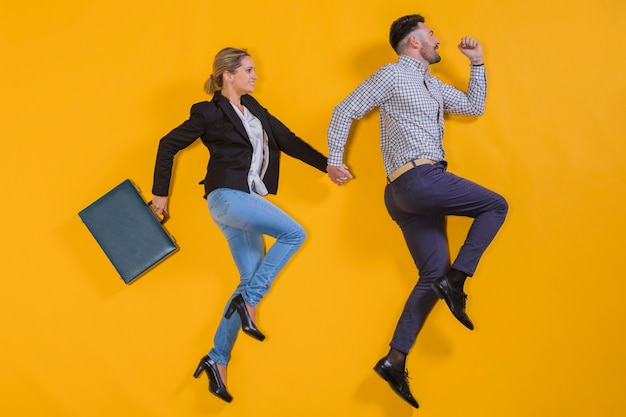 Biznesmeni unosi się z walizką