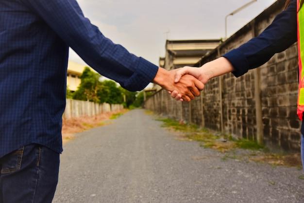 Biznesmeni uścisnąć dłoń