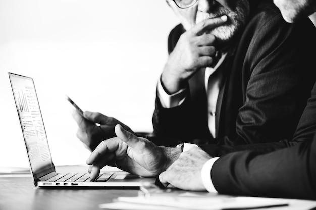 Biznesmeni używa komputerowego laptop