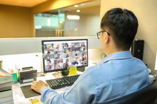 Biznesmeni używają komputera do spotkań online lub rozmów wideo z programem konferencyjnym
