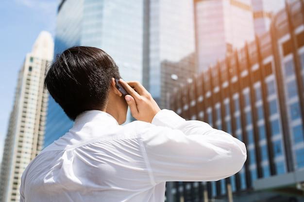 Biznesmeni używają telefonów do kontaktowania się z klientami.