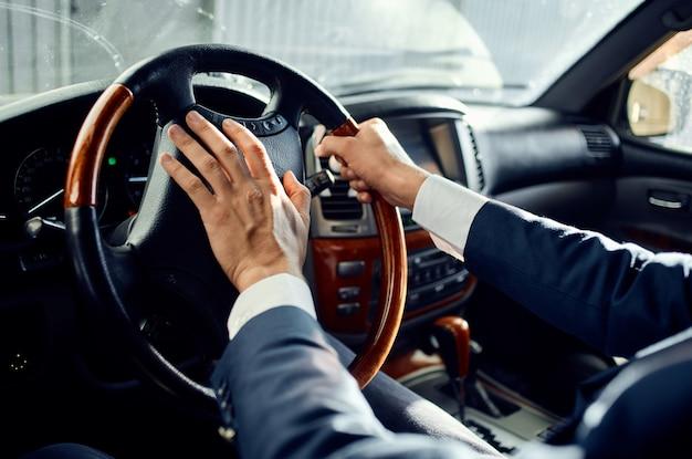 Biznesmeni w garniturze w samochodzie podróż do sukcesu w pracy. zdjęcie wysokiej jakości