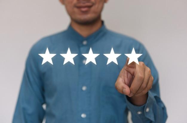 Biznesmeni w jasnoniebieskiej koszuli wybierają poziom satysfakcji z miejsca kopiowania.