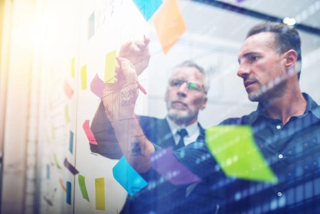 Biznesmeni w pracy spieprzają decyzje do podjęcia