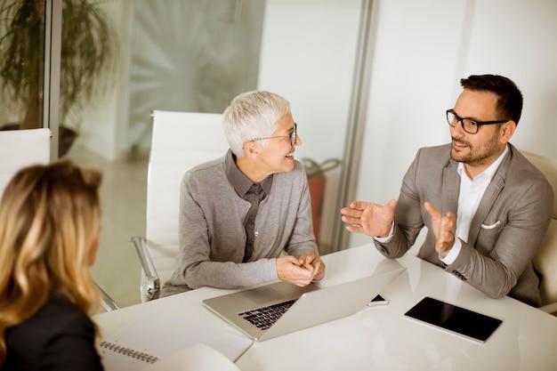 Biznesmeni w sala konferencyjnej podczas spotkania w biurze