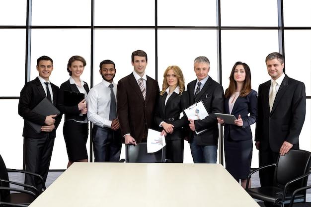 Biznesmeni w sali konferencyjnej.
