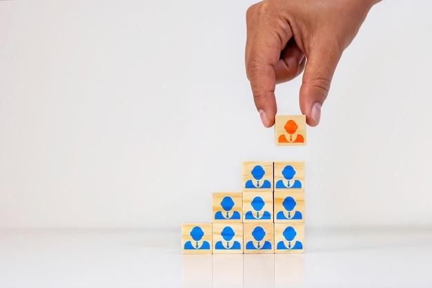 Biznesmeni wybierają ludzi, którzy wyróżniają się z tłumu lub odnoszących sukcesy liderów zespołów, koncepcji hr i prezesów.