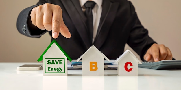 Biznesmeni wybierają modele zielonych domów dla swoich koncepcji oszczędzania energii i kredytów mieszkaniowych.