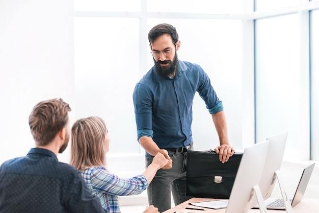 Biznesmeni wyciągają ręce do uścisku dłoni. koncepcja współpracy